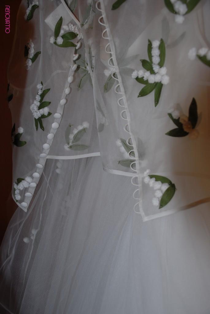 TOT-HOM COLECCIÓN O/I 16.17 Alta Costura Novias  Detalle del cuerpo abotonado por la espalda, sin mangas, bordado con hojas verdes y flores en talla miniatura blancas